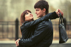 Pares novos felizes no amor que abraça na rua da cidade Imagens de Stock