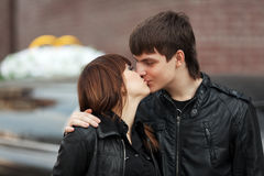 Pares novos felizes no beijo do amor exterior Fotografia de Stock