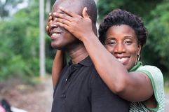Pares novos felizes no campo fotografia de stock royalty free