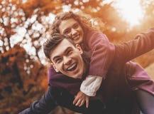 Pares novos felizes no outono fotografia de stock