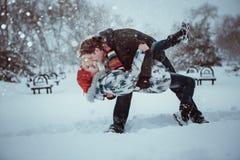 Pares novos felizes no parque do inverno Fotografia de Stock