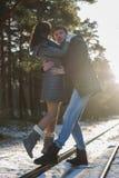 Pares novos felizes no parque do inverno Família ao ar livre Conceito do amor Imagens de Stock Royalty Free