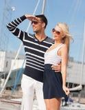 Pares novos felizes no porto Foto de Stock