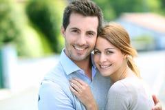 Pares novos felizes que abraçam-se Fotos de Stock Royalty Free