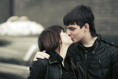 Pares novos felizes que beijam em uma rua da cidade Foto de Stock