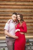 Pares novos felizes que esperam o bebê no parque do verão Fotografia de Stock Royalty Free