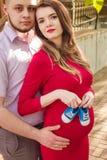 Pares novos felizes que esperam o bebê no parque do verão Imagens de Stock Royalty Free