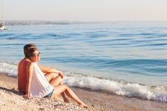 Pares novos felizes que relaxam no lago Garda Italy, Europa foto de stock royalty free