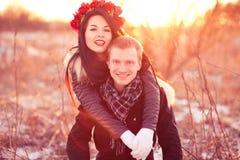 Pares novos felizes que sorriem e que abraçam Fotografia de Stock