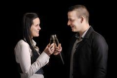 Pares novos felizes que têm uma bebida Fotografia de Stock Royalty Free