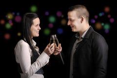 Pares novos felizes que têm uma bebida Fotos de Stock Royalty Free