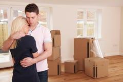 Pares novos forçados para vender em casa com os problemas financeiros fotografia de stock