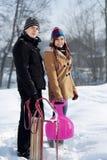 Pares novos junto na neve Foto de Stock