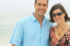Pares novos lindos na praia Fotos de Stock Royalty Free