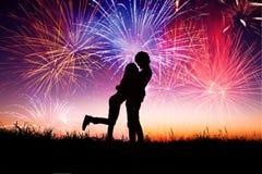 Pares novos loving com fogos-de-artifício Imagem de Stock Royalty Free