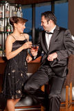Pares novos na barra que bebe e que flerta Fotografia de Stock Royalty Free