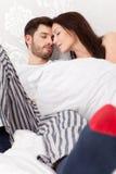 Pares novos na cama Fotos de Stock Royalty Free