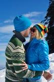Pares novos na cena da neve do inverno Imagens de Stock Royalty Free