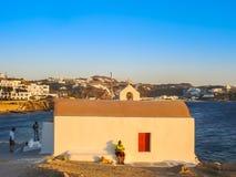 Pares novos na cerimônia de casamento pelo mar em Mykonos Imagem de Stock