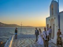 Pares novos na cerimônia de casamento pelo mar em Mykonos Foto de Stock