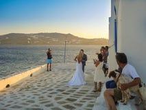 Pares novos na cerimônia de casamento pelo mar em Mykonos Foto de Stock Royalty Free