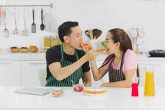 Pares novos na cozinha fotografia de stock royalty free