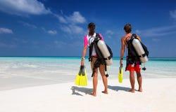 Pares novos na engrenagem do mergulho autônomo Imagens de Stock Royalty Free
