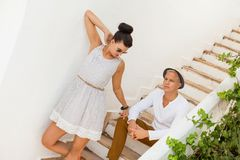 Pares novos na moda elegantes Fotos de Stock Royalty Free