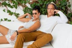 Pares novos na moda elegantes Fotografia de Stock Royalty Free