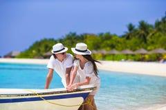 Pares novos na praia branca em férias de verão Imagem de Stock