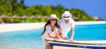 Pares novos na praia branca em férias de verão Foto de Stock Royalty Free