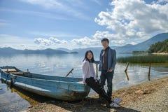 Pares novos na praia, lago Lugu, Lijiang, China Foto de Stock Royalty Free