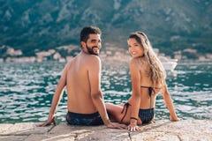 Pares novos na praia que tem o divertimento fotografia de stock royalty free