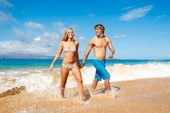 Pares novos na praia tropical Fotos de Stock Royalty Free