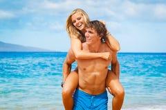 Pares novos na praia tropical Fotografia de Stock