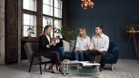 Pares novos na reunião com mediador imobiliário filme