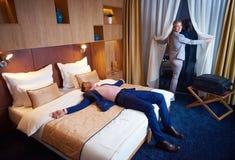 Pares novos na sala de hotel moderna Fotos de Stock