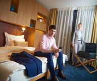 Pares novos na sala de hotel moderna Fotografia de Stock Royalty Free