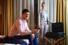 Pares novos na sala de hotel moderna Fotografia de Stock