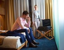 Pares novos na sala de hotel moderna Foto de Stock Royalty Free