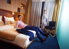 Pares novos na sala de hotel moderna Imagens de Stock
