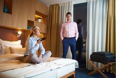 Pares novos na sala de hotel moderna Imagem de Stock Royalty Free