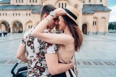 Pares novos no amor, abraçando na rua Imagem de Stock Royalty Free