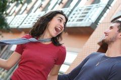 Pares novos no amor, ao ar livre fotografia de stock royalty free