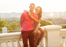 Pares novos no amor exterior Fotografia de Stock Royalty Free
