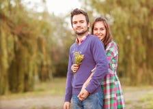 Pares novos no amor exterior imagem de stock