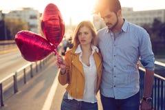 Pares novos no amor exterior - conceito sério da forma imagem de stock royalty free