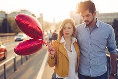 Pares novos no amor exterior - conceito sério da forma fotos de stock royalty free