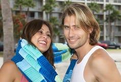 Pares novos no amor na praia Imagens de Stock Royalty Free