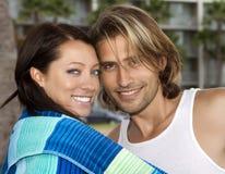 Pares novos no amor na praia Fotografia de Stock Royalty Free